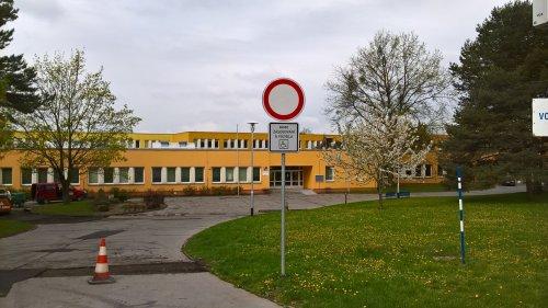 Upozornění pro rodiče našich žáků a všechny návštěvy přijíždějící do areálu školy motorovými vozidly