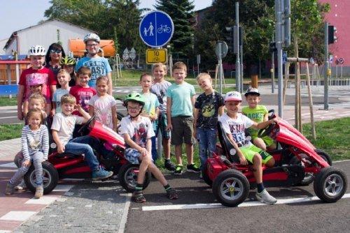 Závody motokár na dopravním hřišti