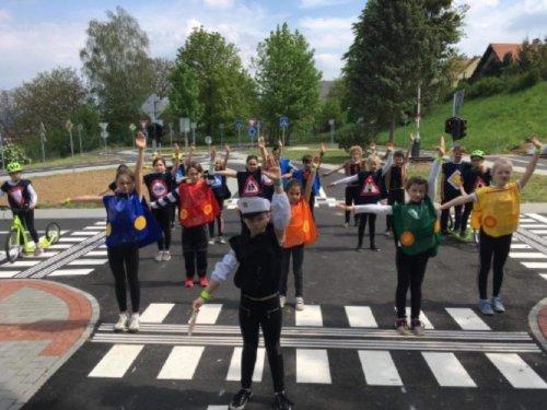 Vystoupení našich dětí na otevření partnerského dopravního hřiště