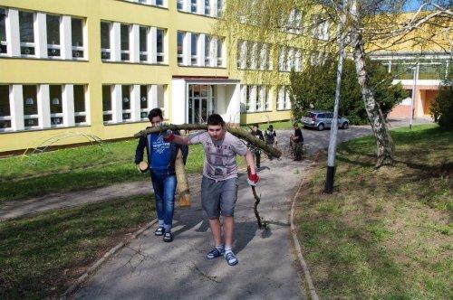 17.4. úklid okolí školy na DEN ZEMĚ